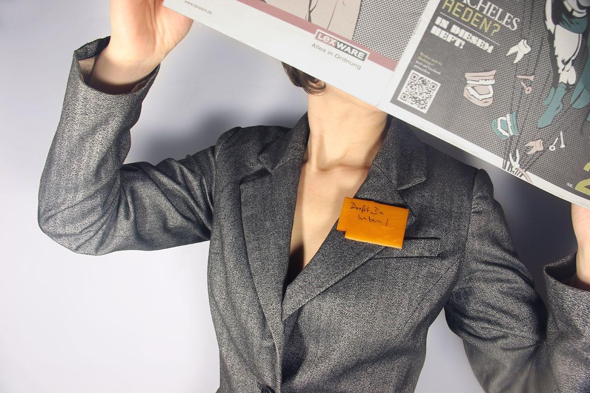 Impressum Brosche / Bernstein, Imitation, Zeitung, Model, Blazer