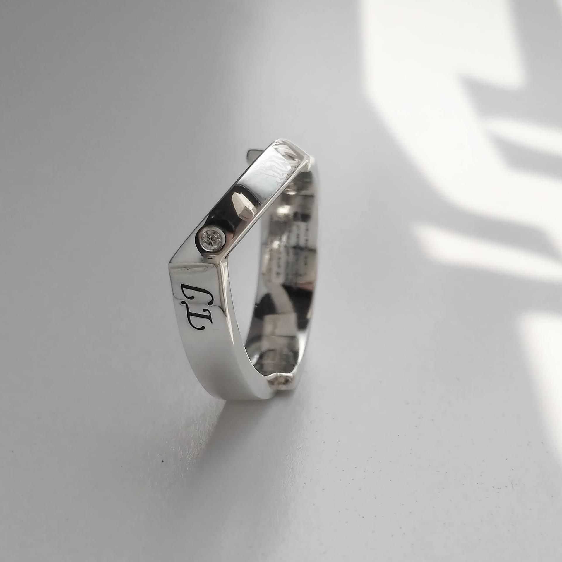 »ringen« Ring / Silber, Gravur, Brillant