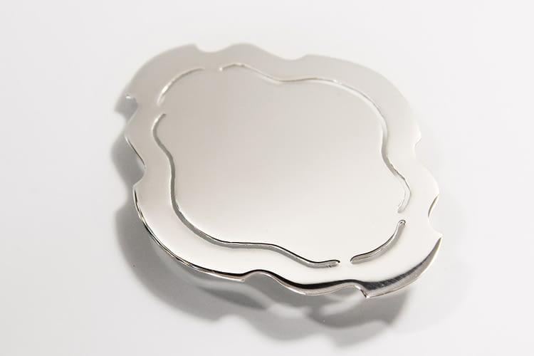 »Es ist angerichtet!« / Brosche / Silber spiegelpoliert